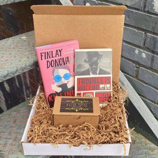 Happy Surprise Box Sunday! 🎁 We love to curate themed surprise boxes according to your taste, or that of a loved one! Check out this Killer surprise box to kick off October featuring Killer Toffee and two very different novels about colorful protagonists dealing with some deadly business 🔪  Remember, we can always customize boxes to fit your interests- and you pick the price point! Our booksellers hand select every item in your special set. Every box is a little different and a whole lot of fun to explore 😍
